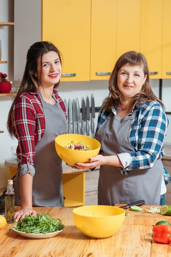 Kochen des glücklichen vegetarischen Familienlebensstils des Vergnügens lizenzfreie stockfotos