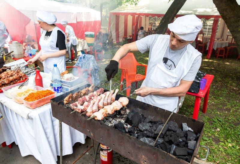Kochen des Kebabs oder des shashlik vom Hühnerfleisch lizenzfreies stockfoto