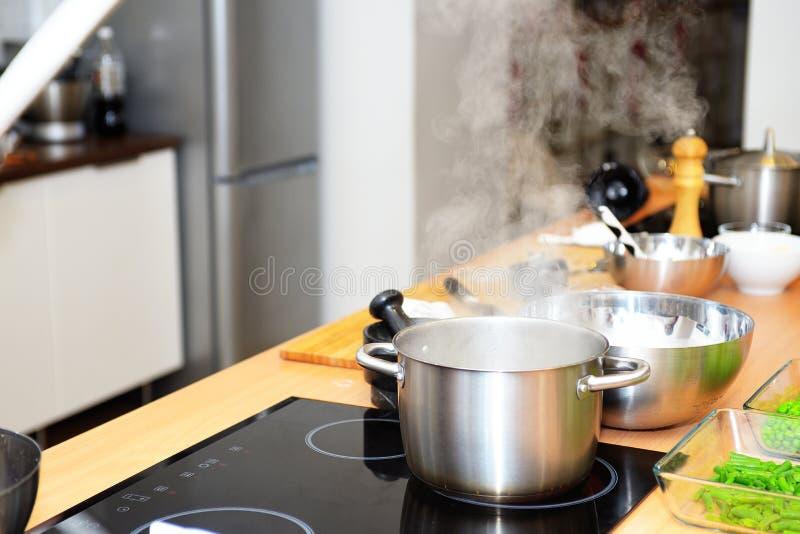 Kochen des Lebensmittels auf einem Ofen lizenzfreie stockfotografie
