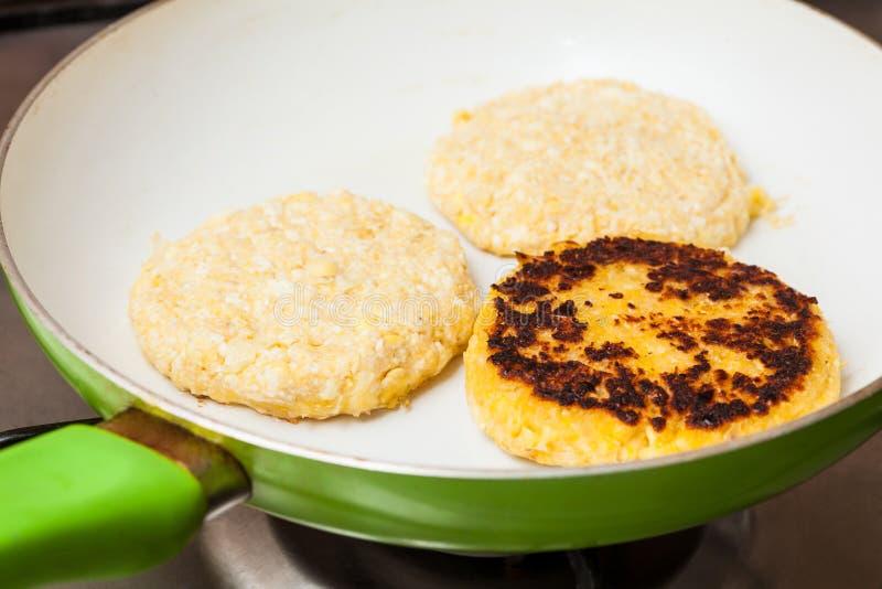 Kochen des Maisbrotes auf einer Wanne lizenzfreie stockfotografie