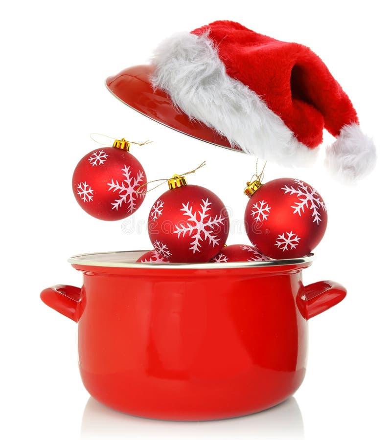 Kochen des Topfes mit Weihnachtsverzierungen stockbilder