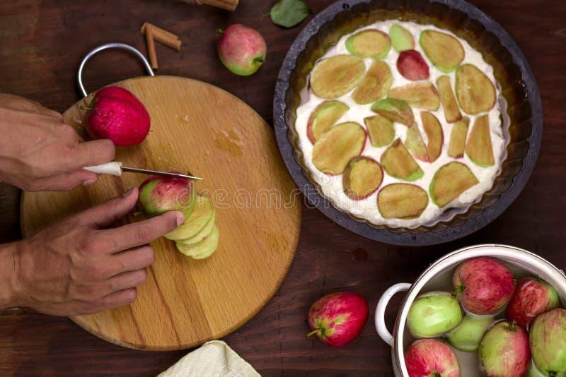 Kochen des traditionellen Apfelkuchens stockfotos