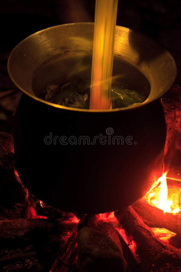 Kochen in einem Topf über Lagerfeuer im Dschungel von Laos stockfoto