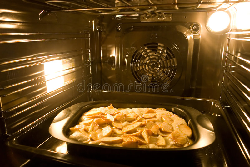 Kochen einer Torte im modernen Ofen stockbilder