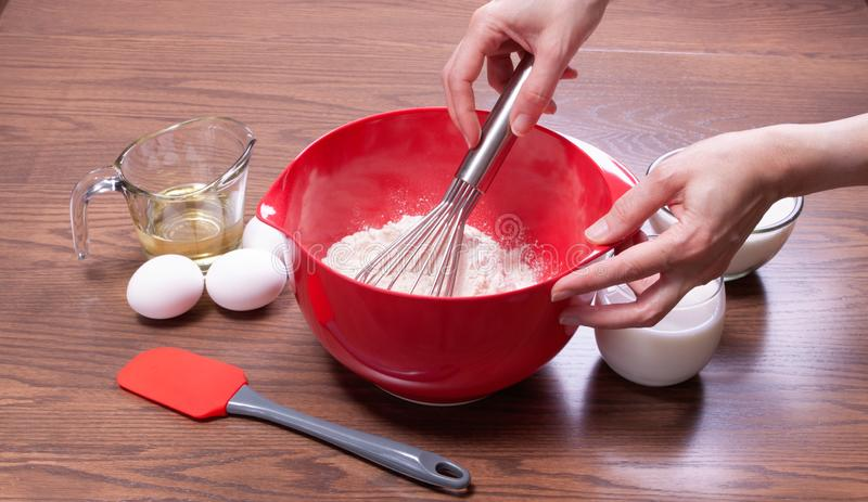 Kochen eines hausgemachten Kuchens aus Kratzern stockfotografie