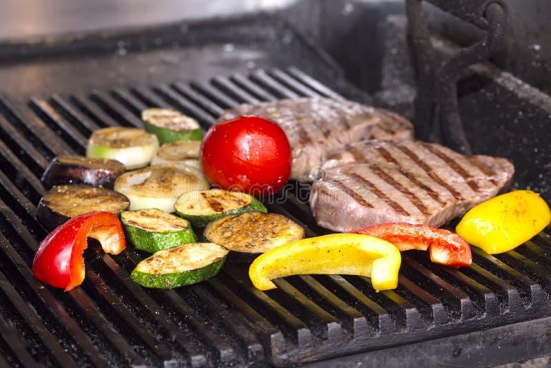 Kochen eines Steaks auf dem Grill lizenzfreies stockfoto