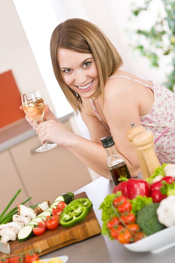 Kochen - Frau mit weißem Wein und Gemüse lizenzfreie stockfotos