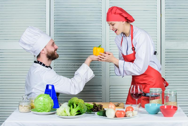 Kochen gesund vegetarier Kochuniform gl?ckliches Paar in der Liebe mit gesunder Nahrung Mann- und Frauenchef im Restaurant lizenzfreie stockfotografie
