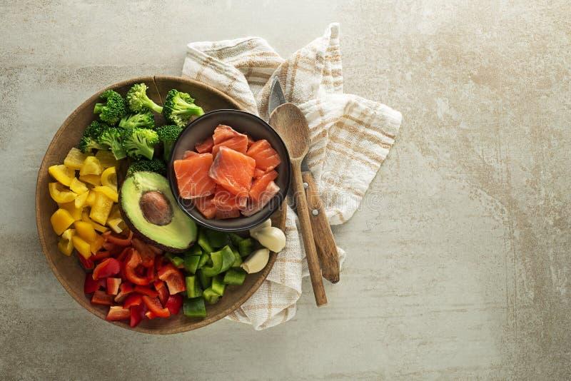Kochen Gesunde Mahlzeiten mit Gemüse und Lachsfleisch lizenzfreie stockfotografie