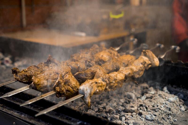 Kochen hausgemachter Grillgerichte am offenen Feuer Street Food Festival stockfotos