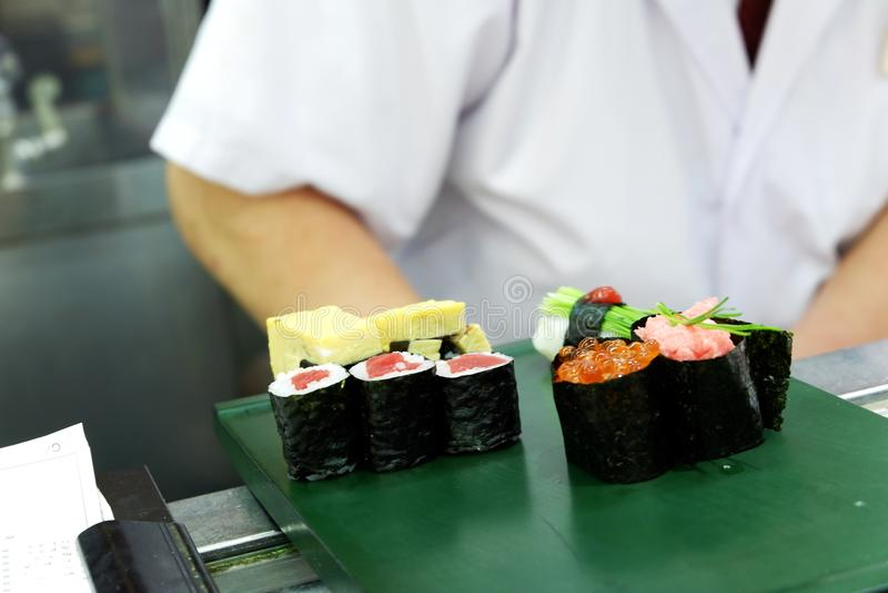 Kochen Live durch japanischen Sushichef lizenzfreie stockbilder