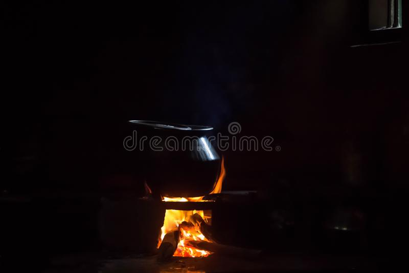 Kochen mit Brennholz stockbild