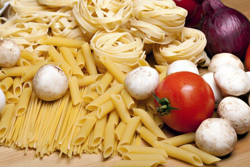 Kochen mit italienischen Bestandteilen lizenzfreie stockfotos