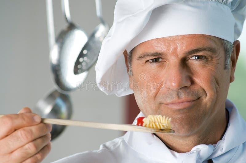 Kochen mit Zufriedenheit lizenzfreie stockbilder
