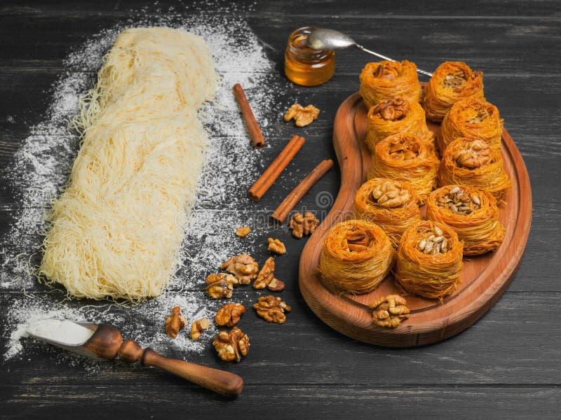 Kochen Ramadan-Gebäcknachtisch kunafa der Bonbons türkischen traditionellen lizenzfreies stockfoto
