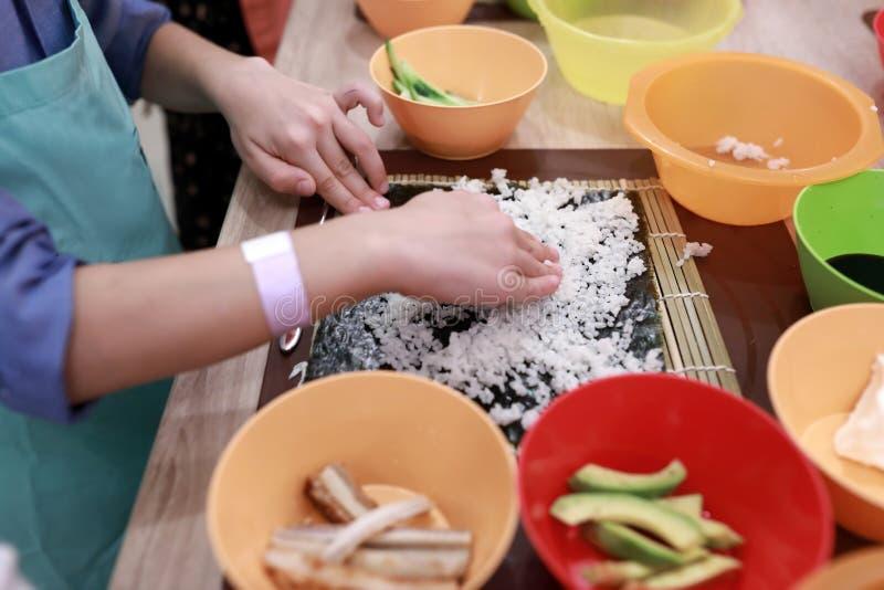 Kochen Sie ausgebreiteten Reis über nori stockfoto