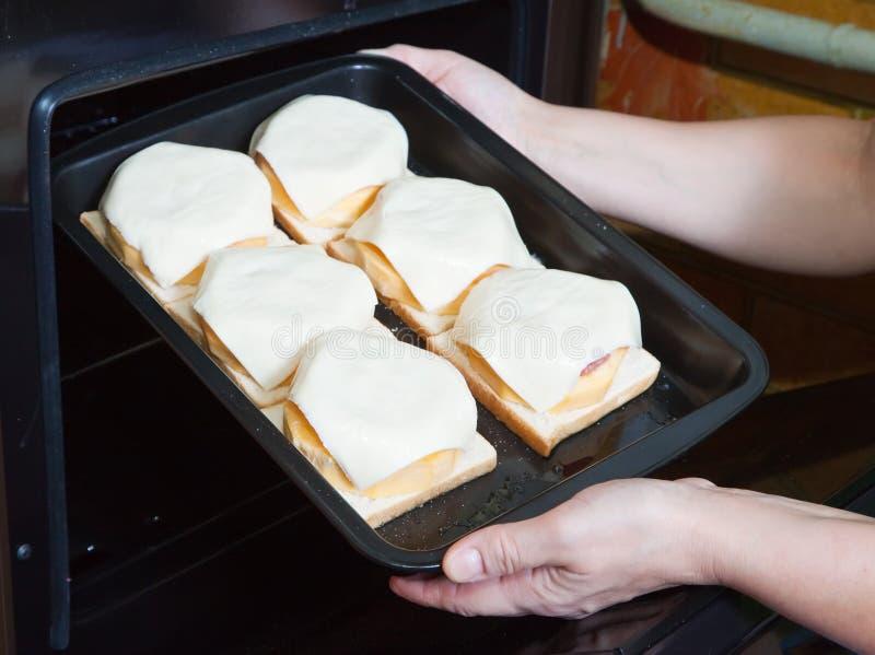 Kochen Sie das Setzen des angefüllten Eierkürbisses in Ofen stockfotografie
