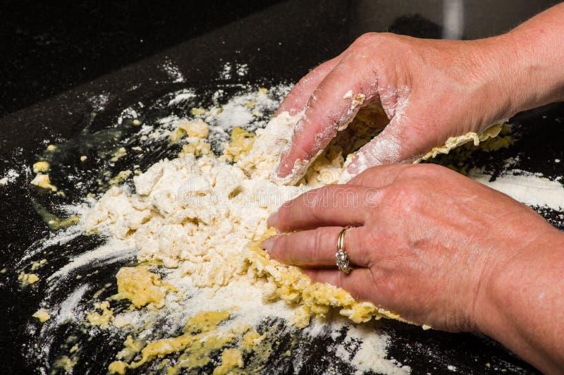 Kochen Sie die Formung des Teigs in Teigwarennudeln lizenzfreie stockfotos