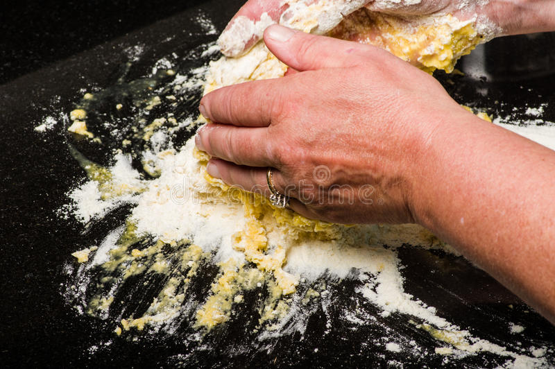 Kochen Sie die Formung des Teigs in Teigwarennudeln lizenzfreies stockbild