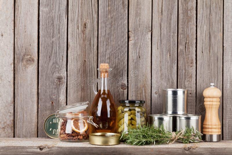 Kochen von Bestandteilen, von Kräutern und von Gewürzen auf Regal stockbild