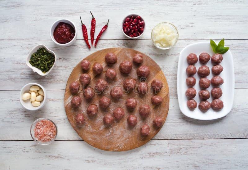 Kochen von die Türkei-Fleischklöschen aus dem Hackfleisch heraus stockfoto