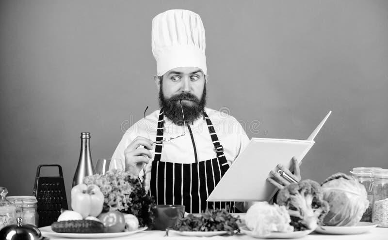 Kochen von F?higkeit Buchrezepte i m ?berpr?fen Sie, ob Sie alle Bestandteile haben koch lizenzfreie stockbilder