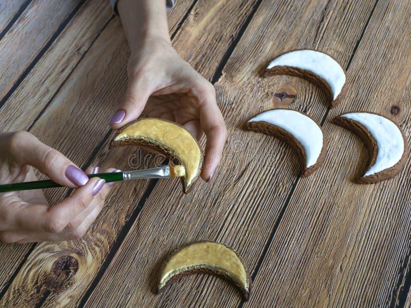 Kochen von Feiertagsplätzchen in Ramadan Gold malte Plätzchen in Form eines Halbmonds lizenzfreie stockbilder