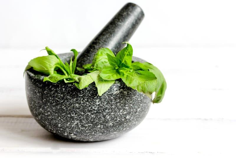 Kochen von Gewürzen im Mörserhaus am hölzernen Hintergrund lizenzfreies stockfoto