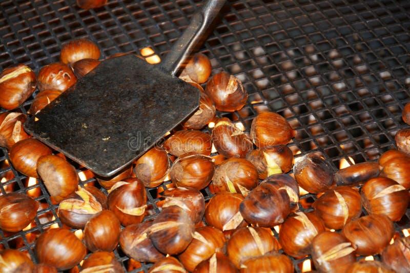 Kochen von im Oktober Kastanien stockfotografie