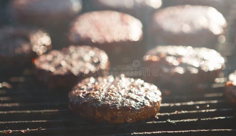 Kochen von köstlichen saftigen Fleisch-Burgern auf Grill-Freien stockbilder