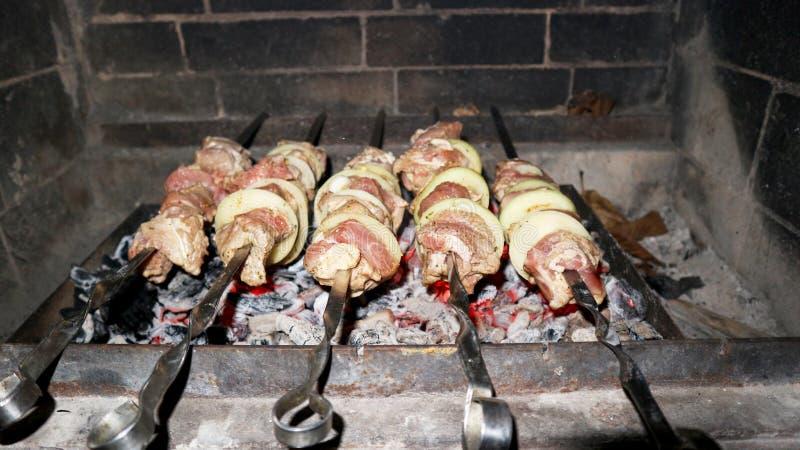 Kochen von Kebabs auf Aufsteckspindeln im Ofen stockbild