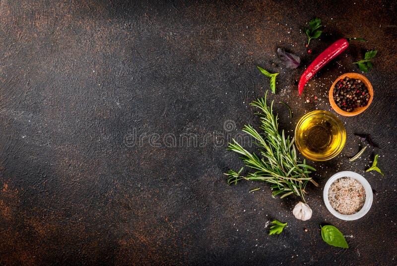 Kochen von Kräutern und von Gewürzhintergrund stockbilder