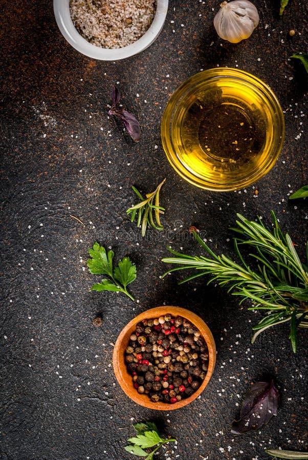 Kochen von Kräutern und von Gewürzhintergrund stockfotografie
