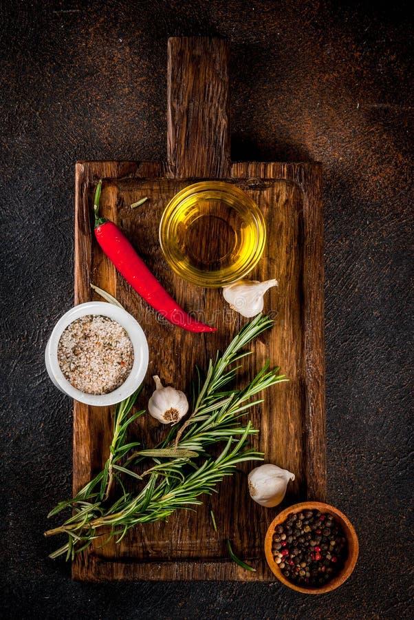 Kochen von Kräutern und von Gewürzhintergrund stockbild