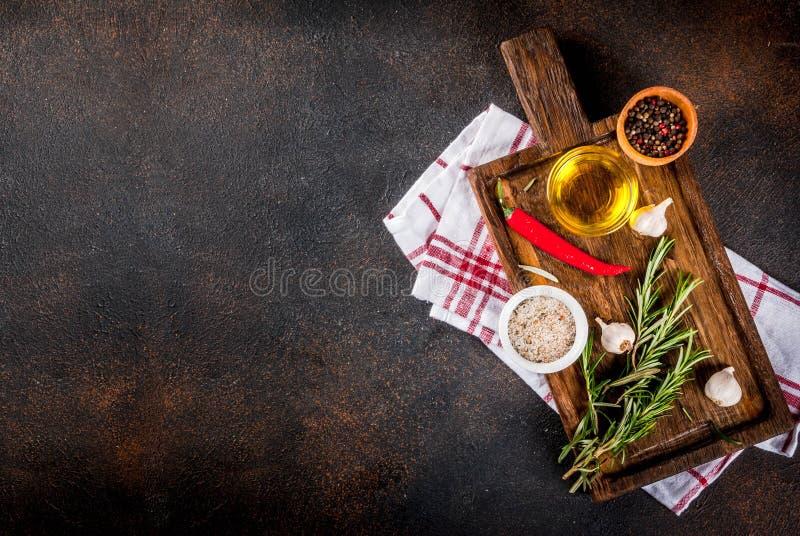 Kochen von Kräutern und von Gewürzhintergrund stockfotos