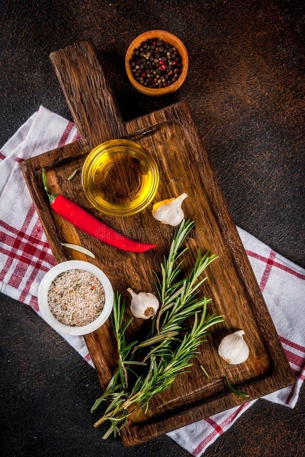 Kochen von Kräutern und von Gewürzhintergrund lizenzfreie stockfotografie