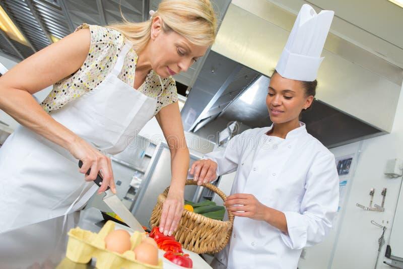 Kochen von Lektion mit Lehrling lizenzfreies stockfoto