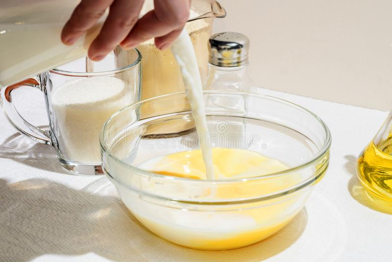 Kochen von Pfannkuchen, Blini stockfotos