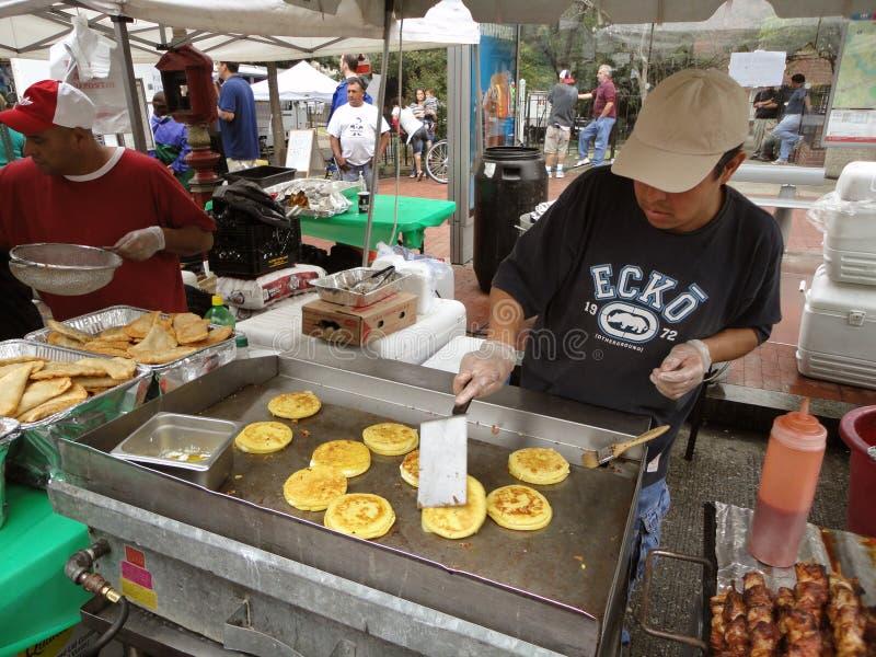 Kochen von Pupusas am Latino-Festival stockbild