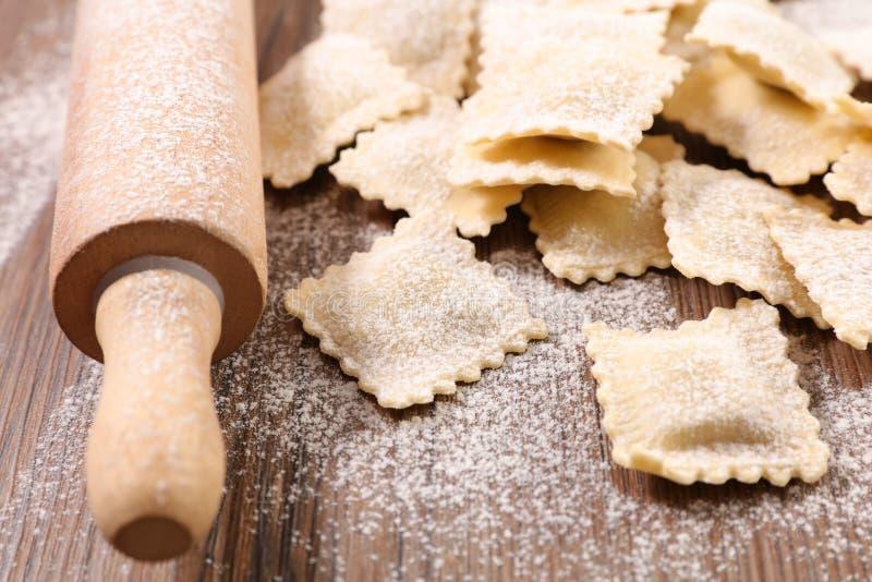 Kochen von Raviolis lizenzfreies stockbild
