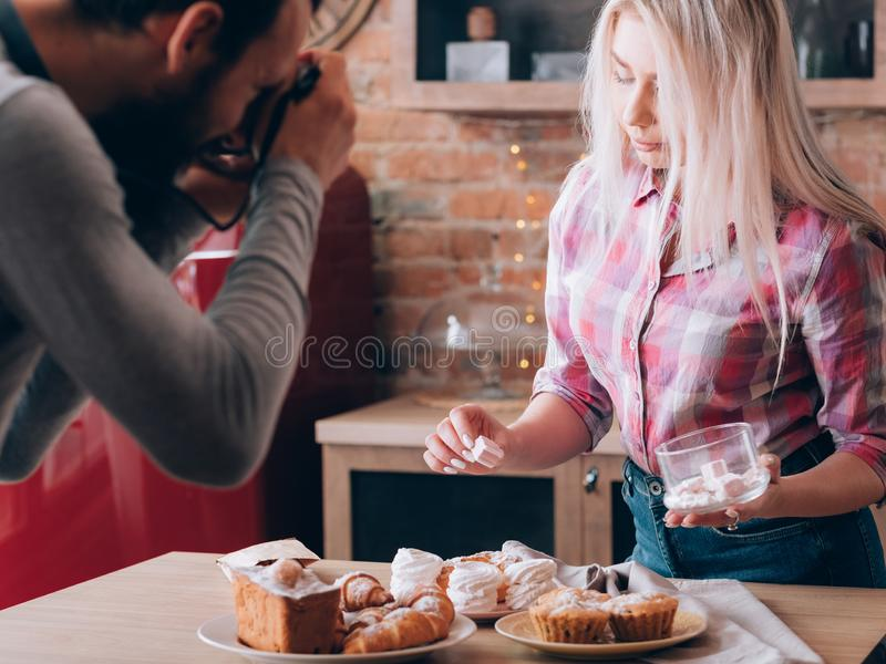 Kochen von süßen Bäckereiprodukten des Bloghobbylebensstils lizenzfreies stockbild