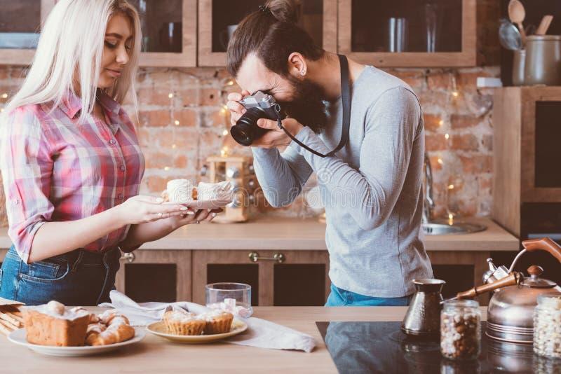 Kochen von süßen Bäckereiprodukten des Bloghobbylebensstils stockbild