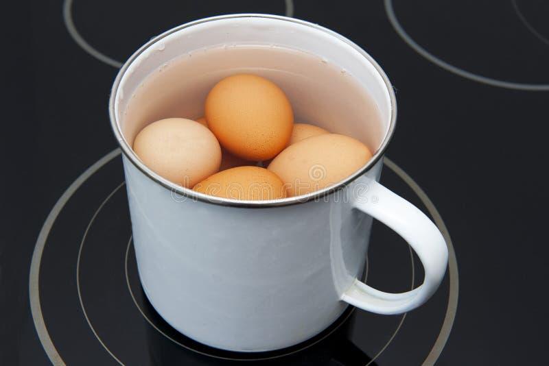 Kochende Eier lizenzfreies stockbild