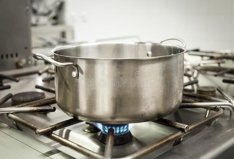 Kochende Küchengeräte und Nahrungsmittelausarbeitungskonzept auf einer Küche lizenzfreies stockfoto