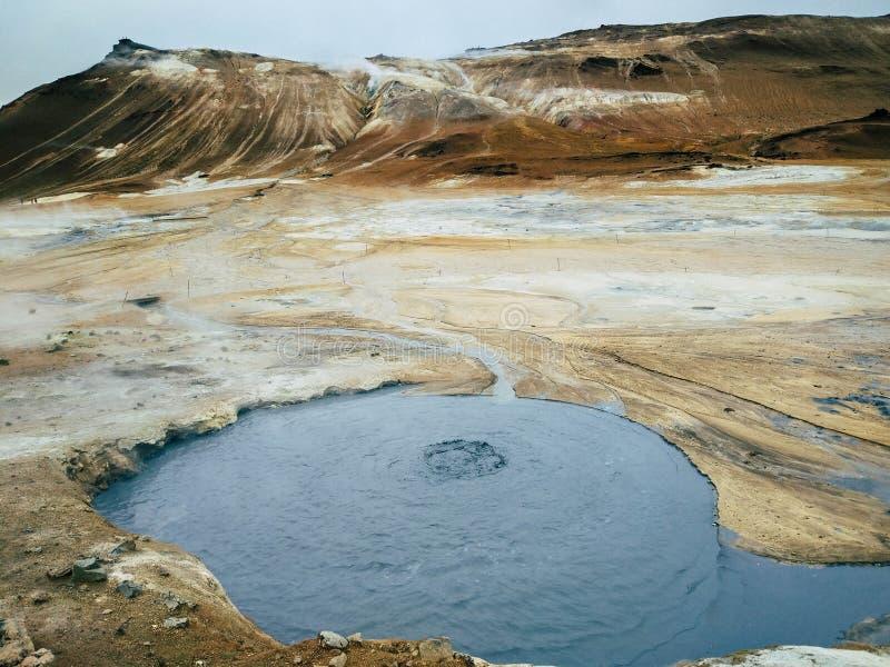 Kochender Schlamm in geothermischem Bereich Namafjall, Hverir, geothermischer Bereich Islands bei Hverir im Norden von Island nah lizenzfreies stockfoto