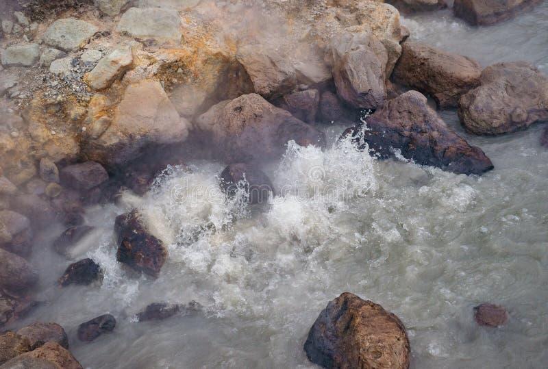 Kochendes Wasser in einer heißen Quelle lizenzfreies stockfoto