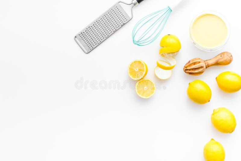 Kochzitronenklumpen Süße Creme in der Schüssel, Früchte, Küchengeräte auf weißem Draufsicht-Kopienraum des Hintergrundes stockfotos