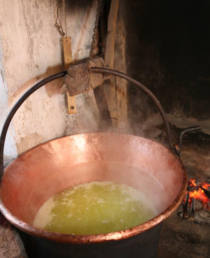 kocioł z serwatką dla serowej produkci w nabiale wśrodku s zdjęcia royalty free