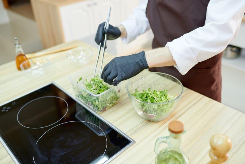Kock Cooking Salad Close upp royaltyfria foton