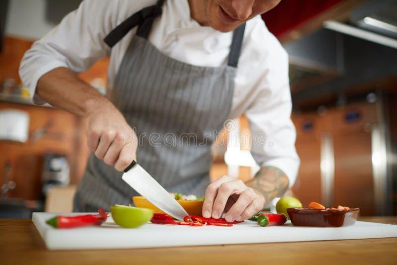 Kock Cutting Vegetables Closeup royaltyfria bilder